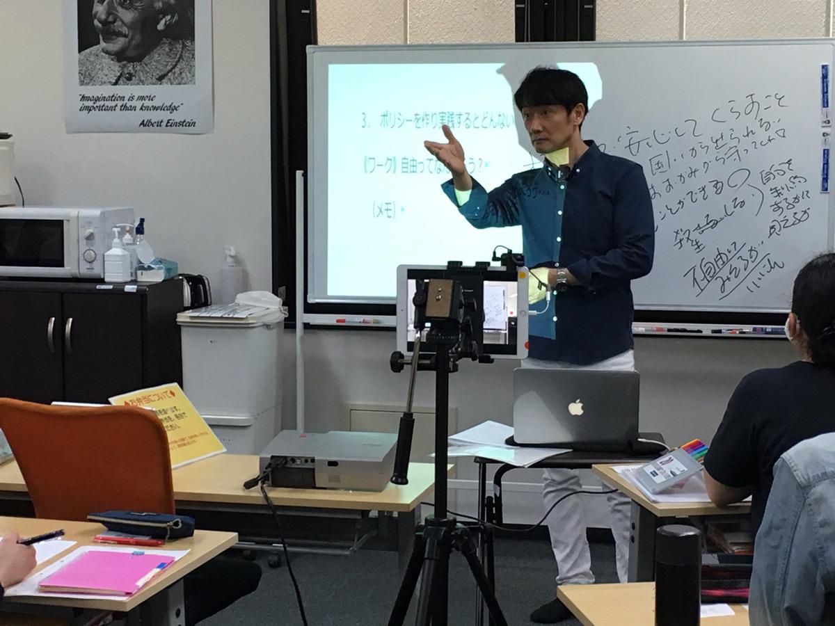ティオ中央区役所前の窪田所長の講座写真