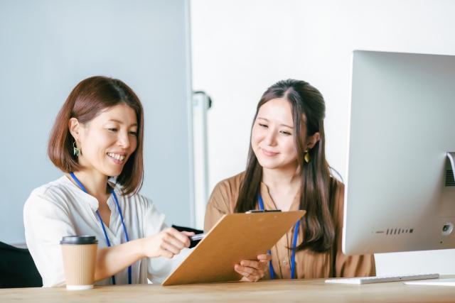 仕事を教える女性